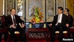 Perdana Menteri Pakistan Nawaz Sharif (kiri) berbicara dengan Presiden China Xi Jinping dalam sebuah pertemuan di Beijing (4/7).