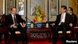 4일 중국 베이징을 방문한 파키스탄 누와즈 샤리프 인도 총리(왼쪽)는 시진핑 중국 주석을 면담했다.