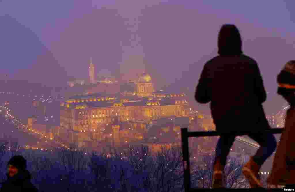 چشم انداز قلعه بودا در روز مه الوددر بوداپست، پایتخت مجارستان.