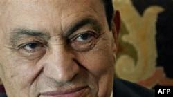 Ông Mubarak và hai người con trai của ông, Alaa và Gamal, sẽ bị xét xử về những cáo trạng liên quan tới cái chết của những người biểu tình