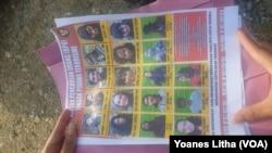 Petugas memperlihatkan daftar 18 orang DPO tindak pidana terorisme kelompok Mujahidin Indonesia Timur (MIT) di Poso, Sulawesi Tengah (Foto: VOA/Yoanes Litha)