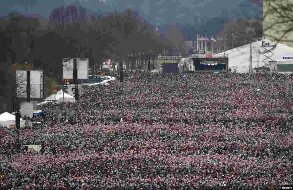 Dadka faraha badan ee ka qeybgalay xafladda caleemasaarka Obama, Washington, January 21, 2013.