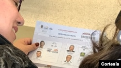 Papeleta de votación entregada a los votantes en la ciudad de Nueva York. Foto: Celia Mendoza / VOA