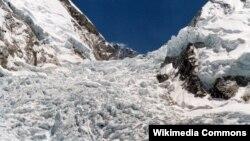 Everest'te çığ nedeniyle karla altında kalan dağcı kampları