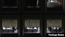 한국 정부가 노동개혁 양대 지침 최종안을 발표한 22일 저녁 서울 시내 한 빌딩에서 직원들이 야간 근무를 하고 있다.