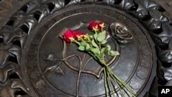 Homenaje a los cinco policías asesinados por un francotirador en Dallas. Monumento Nacional a Policías fallecidos en el cumplimiento del deber, en Washington D.C.