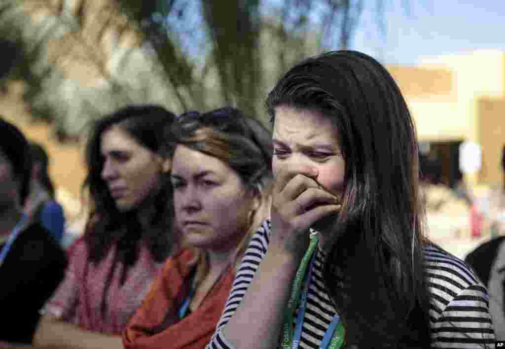 La militante environnementale Bethany Hindmarsh, pleure lors d'une manifestation contre le président élu Donald Trump lors de la Conférence sur le climat,Marrakech, le 9 novembre 2016.