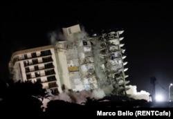 Bagian dari apartemen Champlain Towers South yang roboh diledakkan, di Surfside, Florida, Minggu, 4 Juli 2021. (Foto: Marco Bello/Reuters)