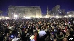 Masu zanga-zangar kin gwamnati ke nan ke murna a Dandalin Tahrir saboda murabus din da Shugaba Hosni Mubarak ya yi.