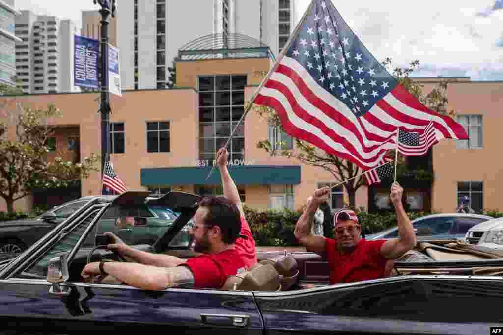 احتجاجی ریلیوں میں شریک مظاہرین نے امریکی پرچم تھامے ہوئے تھے۔ امریکہ میں وبا سے سب سے زیادہ متاثرہ نیو یارک کے گورنر نے کہا ہے کہ کرونا وائرس سے متاثرہ ان کی ریاست آخر کار صحت کے بدترین بحران سے باہر نکلنے لگی ہے۔