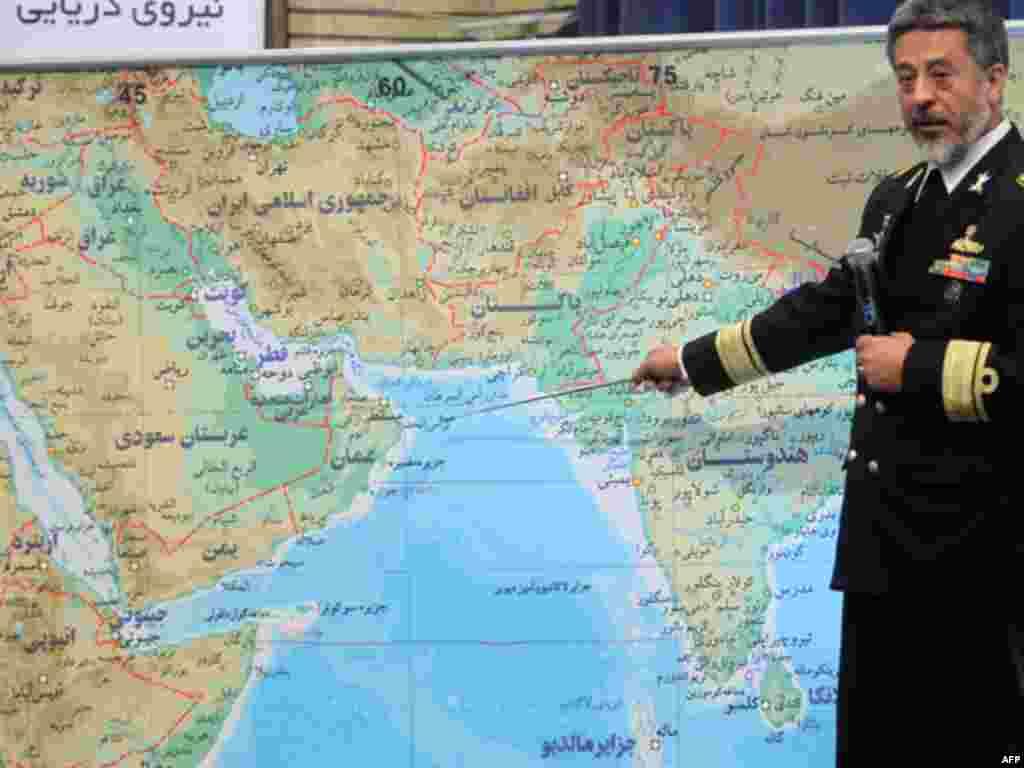 Командувач іранського флоту Хабібула Саярі вказує на мапу в ході прес-конференції у Тегерані 22 грудня, 2011-го року. Незабаром почнуться 10-денні військові вчення Ірану в Ормузькій протоці. (Reuters)