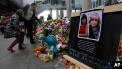 11月4日俄羅斯飛機遇難者家人﹐聖彼得堡機場外哀悼。