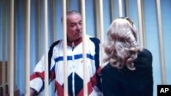 지난 2006년 8월 러시아에서 수감 당시 재판을 받기 위해 모스크바 법원에 출석한 세르게이 스크리팔이 변호인과 대화하고 있다.