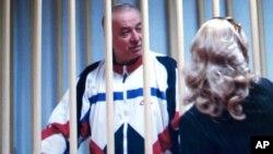Sergei Skripal berbicara kepada pengacaranya di luar pengadilan di Moskow, Rusia (foto: dok).