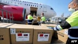 中國出口的新冠病毒檢測盒和其他醫療產品抵達斯洛伐克。(2020年3月19日)