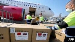 斯洛伐克警察从来自北京的飞机上卸下10万个新冠病毒检测盒和100万个口罩。(2020年3月19日)