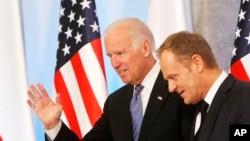 美國副總統拜登(左)和波蘭總理3月18日在華沙舉行會談