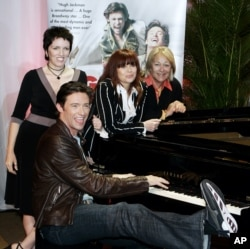 هیو جکمن در کنار کریسی امفلت (نفر دوم از سمت راست) و دیگر بازیگران نمایش موزیکال «پسری از آز» برادوی