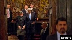 Ngoại trưởng Hoa Kỳ John Kerry đã nói chuyện với nhà lãnh đạo Afghanistan Hamid Karzai hai lần trong vòng 24 giờ đồng hồ để tìm cách và cứu vãn các kế hoạch hòa đàm với phe Taliban.