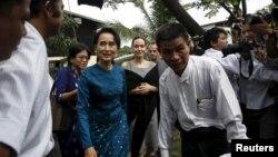 Lãnh tụ dân chủ Aung San Suu Kyi và đặc sứ Liên Hiệp Quốc Angelina Jolie đến thăm các nữ công nhân thuộc khu công nghiệp Hlaingtaryar ở Yangon, 1/8/2015.