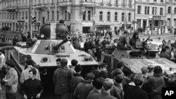 Советская бронетехника на улицах Праги. 23 августа 1968 г.