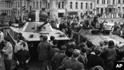 蘇聯坦克開上了布拉格的街頭(1968年8月23日)