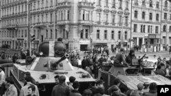 Советские танки в центре Праги. Архивное фото 23 августа 1968 г.
