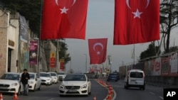 Sebuah jalan utama dihiasi dengan bendera Turki di dekat klub Reina empat hari setelah serangan hari Tahun Baru, di Istanbul, Rabu, 4 Januari, 2017. (AP Photo/Emrah Gurel).
