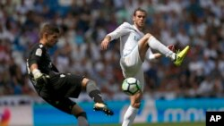 Gareth Bale du Real Madrid, à droite, tente de bloquer le dégagement du gardien de Levante Raul Fernandez-Cavada au cours du match Real-Levante de La Liga, au stade de Madrid, Espagne, 9 septembre 2017. (AP Photo/Francisco Seco)
