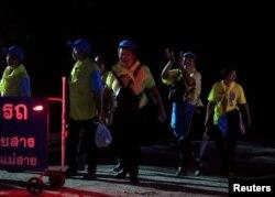 10일 태국 치앙라이 매사이 지구 탐루엉 동굴 인근에서 구조를 돕던 자원봉사자들이 동굴에 고립됐던 12명의 유소년 축구팀과 감독이 모두 무사히 구조된 후 기뻐하고 있다.