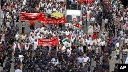 Cảnh sát chống bạo loan Jordan vây quanh những người biểu tình trong thủ đô Amman phản đối chính phủ