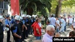 Policija ispred Skupštine Crne Gore (rtcg.me)