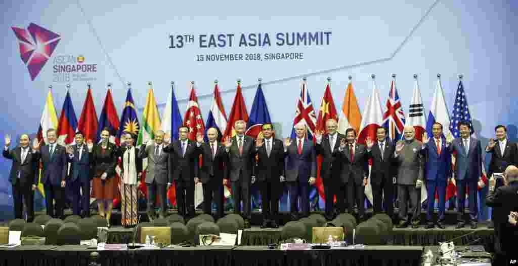عکس یادگاری سران کشورها در اجلاس آسهآن در سنگاپور.