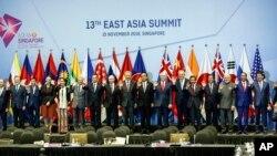 参加新加坡第33届东盟峰会的各国领导人合影留念。(2018年11月15日)