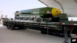 Les forces américaines en Afghanistan ont lancé une GBU-43B, arme explosive d'artillerie massive, sur une cible d'Etat islamique en Afghanistan, le 13 avril 2017.