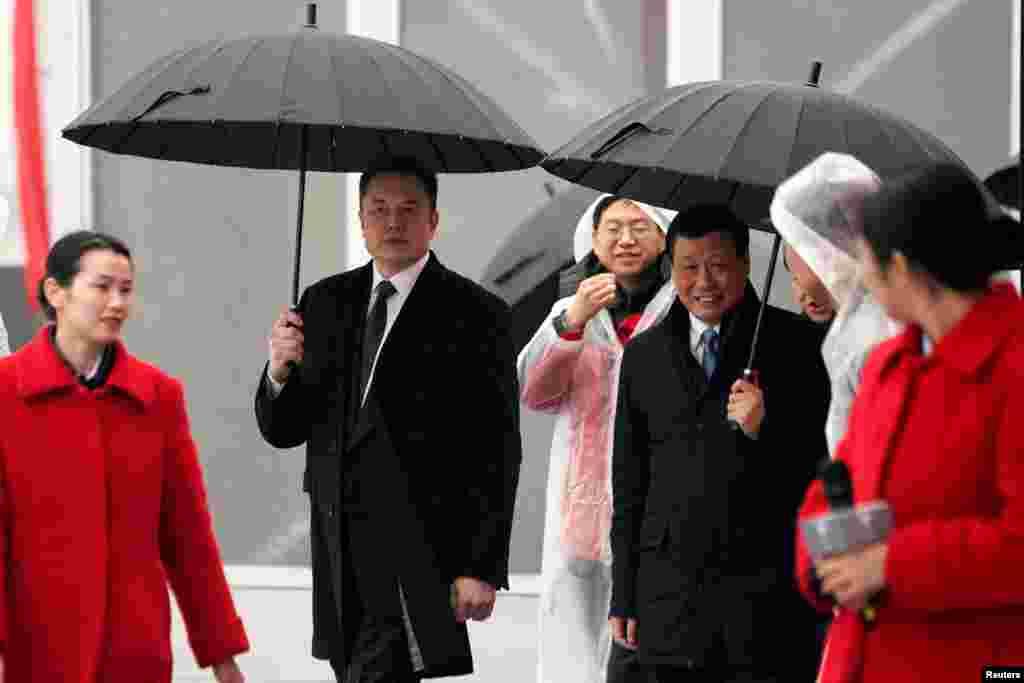 上海市长应勇和特斯拉CEO马斯克在上海出席投资50亿美元的特斯拉电动车超级工厂破土动工典礼(2019年1月7日)。50亿美元是美国媒体的说法,中国政府网说,投资500亿人民币, 是上海迄今为止最大的外资制造业项目。待全部建成运营后,年产能将达50万辆纯电动整车。