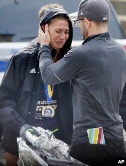 一位参加波士顿马拉松赛的女选手失声痛哭。