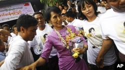 缅甸民运领袖昂山素季6月19日在仰光接受鲜花作为生日礼物