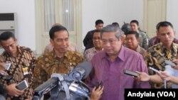 Mantan Presiden Susilo Bambang Yudhoyono menyatakan dukungan politiknya terhadap pemerintahan Jokowi soal Perppu Pilkada secara langsung di Istana Negara, Senin, 8 Desember 2014 (Foto: VOA/Andylala).
