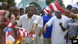 一群肯尼亚穆斯林9月14日在蒙巴萨一个清真寺外焚烧美国国旗