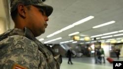 美国军人今年早些时候守卫在纽约市的宾州车站
