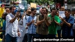 Manifestantes protestan en Caracas por la falta de agua potable.