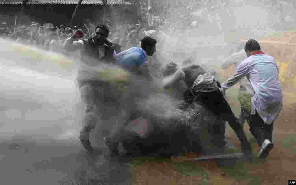Polisi menggunakan meriam air untuk membubarkan demonstran yang dipimpin oleh partai oposisi Kongres di New Delhi. Polisi menembakkan meriam air pada para demonstran yang berdemo di ibukota India menentang reformasi lahan yang dilakukan oleh Perdana Menteri Narendra Modi, yang menurut mereka akan berdampak buruk bagi jutaan petani di negara tersebut.