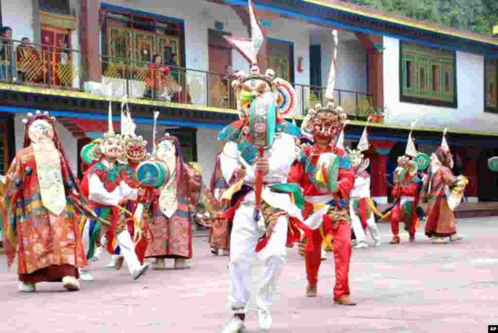 戴上面具的喇嘛在蓮師大會跳喇嘛舞