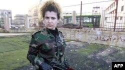 یک عضو زن اسلحه بدست نیروی «دفاع ملی سوری» در حمص که آموزش های خود را تمام کرده است. ۲۱ ژانویه ۲۰۱۲