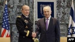 Chủ tịch ban tham mưu liên quân Hoa Kỳ, Đại tướng Lục quân Martin Dempsey (trái), và Tổng thống Israel Shimon Peres, ngày 20 tháng 1, 2012