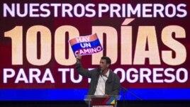 El candidato opositor, Henrique Capriles, presenta a sus seguidores el plan para los primero cien días de gobierno.