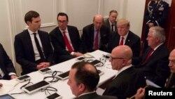 جرد کوشنر (چپ) در جلسه تیم امنیت ملی پرزیدنت ترامپ- آرشیو