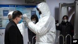 En otras ciudades chinas como Pekín, las autoridades sanitarias están realizando monitoreos de las personas en distintos lugares de aglomeración pública así como en oficinas.