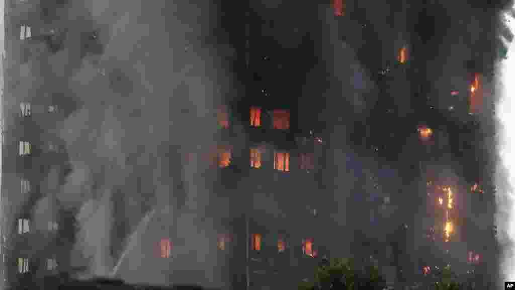 La Grenfell Tower en feu, Londres, Grande Bretagne, le 14 juin 2017.